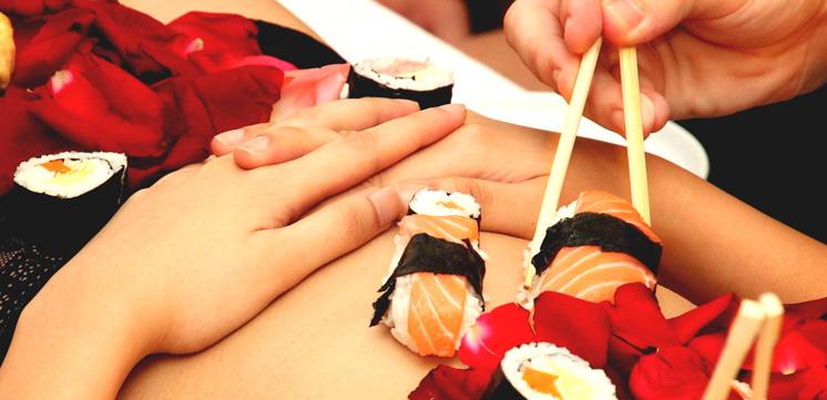 Nyotaimori, dégustation de sushis sur le corps nu d'une femme