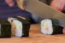 découpage du rouleau de maki sushi