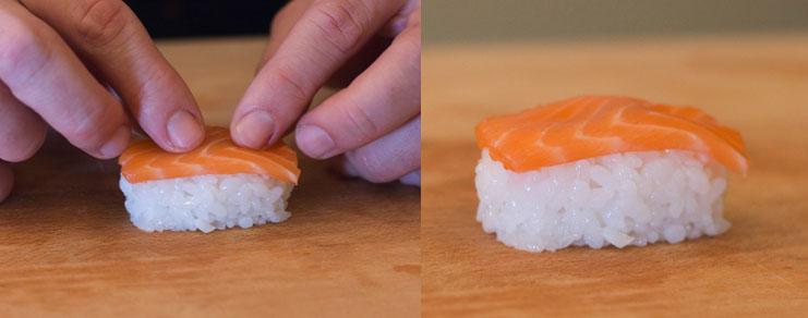 depose du saumon sur la boule de riz pour nigiri sushi