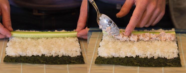 Dépose du thon et du concombre sur le riz