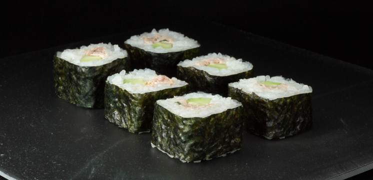 Maki sushi au thon cuit, fromage blanc, ciboulette et concombre