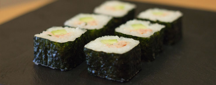 Présentation finale du maki sushi au thon, fromage blanc et concombre