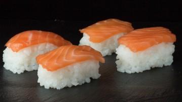 Nigiri Sushi au saumon cru et au wasabi