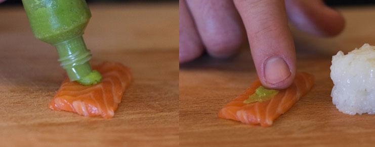 depose du wasabi sur une tranche de saumon cru