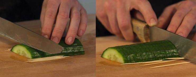 la découpe des lamelles de concombre avec des cure-dents