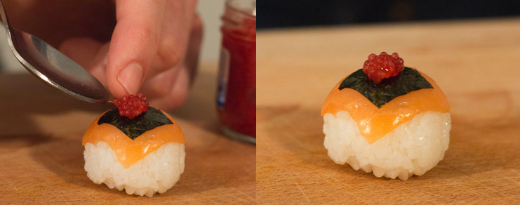 Photo illustrant la dépose des oeufs de lompe rouges sur la sushi ball