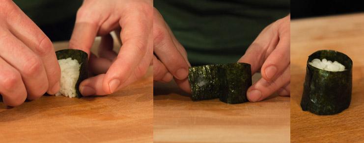 entourage de la boule de riz avec une feuille d'algue nori