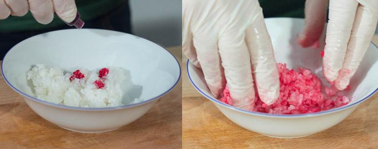 Le mélange du riz à sushi et du colorant alimentaire rouge