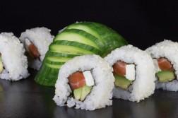 Ura maki au saumon, avocat et fromage kiri